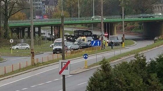 Białystok. Utrudnienia naulicy Kolejowej pozderzeniu dwóch samochodów osobowych